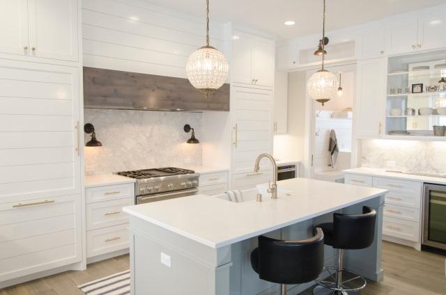 Cocinas con barra: solución funcional para espacios reducidos